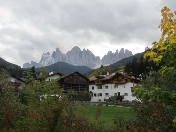 Figura 3 - Arquitectura vernácula y paisaje dolomítico en Val di Funes